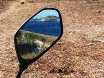 Landschapsbezinning in Motorachteruitkijkspiegel Royalty-vrije Stock Afbeelding