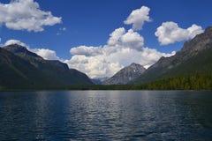 Landschapsfoto van meer en heuvel stock afbeeldingen