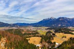 Landschapsmening aan stad Reutte in Oostenrijk met alpen op de achtergrond Tirol, Oostenrijk royalty-vrije stock fotografie