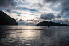 Landschapsmening de mooie zonsondergangtijd bij ondiepe overzees heeft tweelingisl Royalty-vrije Stock Afbeelding