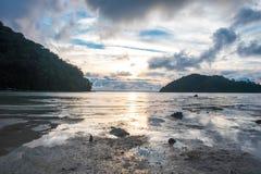 Landschapsmening de mooie zonsondergangtijd bij ondiepe overzees heeft tweelingisl Royalty-vrije Stock Afbeeldingen
