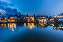 Landschapsmening het mooie dorp van de waterkant in nachtscène heeft l Stock Foto's