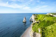 Landschapsmening over de rotsachtige kustlijn in Etretat stock fotografie