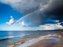 Landschapsmening over hemel met op zee regenboog Stock Fotografie