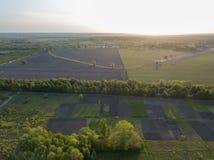 Landschapsmening over het gebied en de bomen tegen de hemel Foto van de hommel Royalty-vrije Stock Afbeelding