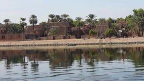 Landschapsmening van Afrikaanse rivier Nijl in Egypte met huizen stock video
