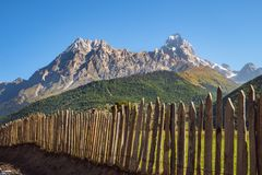 Landschapsmening van de bergketen van MT Ushba in Svaneti, Georgië Royalty-vrije Stock Foto