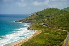 Landschapsmening van de Caraïbische Zee en de Atlantische Oceaan die zuiden van St Kitts eiland vanaf de bovenkant van Timothy Hi Stock Foto
