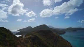 Landschapsmening van de Caraïbische Zee en de Atlantische Oceaan die zuiden van St Kitts eiland vanaf de bovenkant van Timothy Hi stock footage