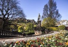 Landschapsmening van het het park en Kasteel van Edinburgh royalty-vrije stock foto's