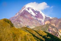 Landschapsmening van Kazbeg-berg en Tsminda-samebakerk, Geo Stock Afbeeldingen