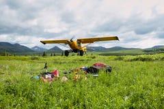 Landschapsmening van mensen die vliegtuigstart filmen stock afbeeldingen