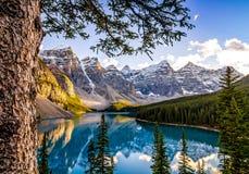 Landschapsmening van Morain-meer en bergketen, Alberta, Canad royalty-vrije stock afbeelding
