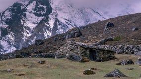 Landschapsmening van traditioneel landelijk steenhuis in de hoogte van Nepal stock afbeelding