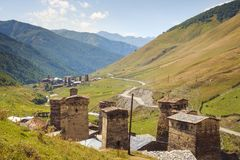 Landschapsmening van Ushguli-dorpstorens en bergen, Svaneti, Georgië Stock Foto's