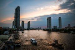 Landschapsmening van zonsondergang bij Chao Phraya-rivier Bangkok, Thailand stock fotografie