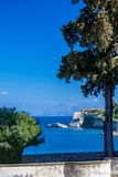 Landschapsmening, zonnige de lentedag in Korfu, Griekenland royalty-vrije stock foto's