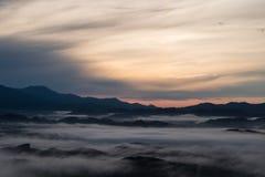 Landschapsmening zonsopgang bovenop heuvel in ochtendtijd heb wolk Royalty-vrije Stock Afbeeldingen