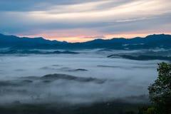 Landschapsmening zonsopgang bovenop heuvel in ochtendtijd heb wolk Royalty-vrije Stock Foto's