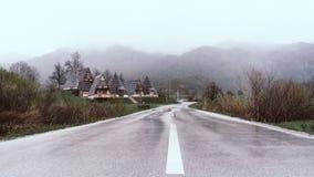 Landschapsmist in het Bergdorp aan de Kant van de Weg Natte weg in Montenegro royalty-vrije stock foto