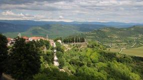 Landschapspanorama van de Oude Stad met Vesting op de Heuvel Stock Fotografie