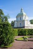 Landschapspark met Oude paleistoren royalty-vrije stock afbeeldingen