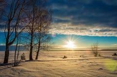 Landschapsschets die van een de winter` s avond, het meer overzien Royalty-vrije Stock Afbeelding