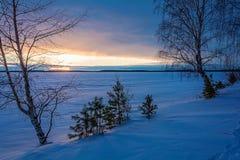 Landschapsschets die van een de winter` s avond, het meer overzien Stock Foto