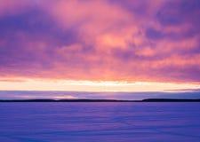 Landschapsschets die van een de winter` s avond, het meer overzien Royalty-vrije Stock Foto