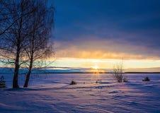 Landschapsschets die van een de winter` s avond, het meer overzien Stock Afbeeldingen