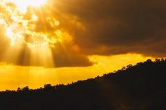 Landschapssilhouet, zonnestraal in de bergen royalty-vrije stock fotografie