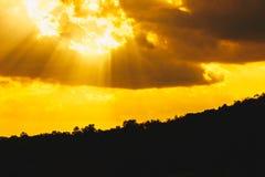Landschapssilhouet, zonnestraal in de bergen royalty-vrije stock afbeeldingen
