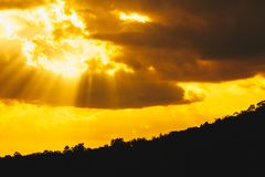 Landschapssilhouet, zonnestraal in de bergen stock foto's