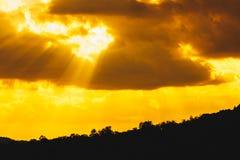 Landschapssilhouet, zonnestraal in de bergen royalty-vrije stock foto's