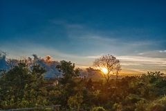 Landschapsster en zonsopgang bij de berg stock fotografie
