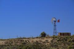 Landschapswindmolen in de woestijn met blauwe hemel Royalty-vrije Stock Fotografie