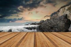 Landschapszeegezicht van scherpe en ruwe rotsen op kustlijn met Royalty-vrije Stock Afbeeldingen