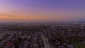 Landschapszonsondergang over de stad stock footage
