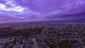 Landschapszonsondergang over de stad stock video