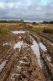 Landschotterweg nach Regen stockfotos