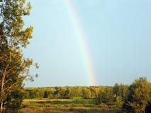 Landsfält med regnbågen Arkivbilder