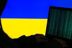 Landsflaggor och cyberattackbegrepp arkivfoto