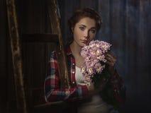 Landsflicka med blommor Arkivfoto