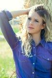Landsflicka Naturlig blond kvinna royaltyfri fotografi