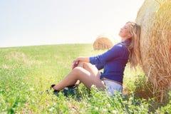 Landsflicka Naturlig blond kvinna, harmoni i natur Royaltyfri Bild