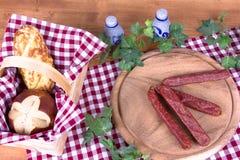 Landsfrukost med bröd och korvar Royaltyfri Foto