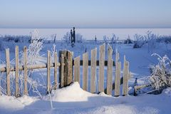 Landsgape зимы со старое деревянным обнесет забором глубокие снег и изморозь стоковые фото