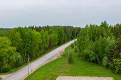 landsgrusväg med gammal och bruten asfalt royaltyfria bilder