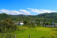 Landshus i bergen i Carpathian Fotografering för Bildbyråer