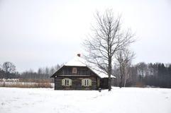 Landshus i vinter arkivfoto